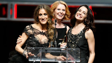 cynthia nixon sarah jessica parker kristin davis on stage in black outfits