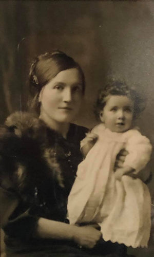 Elizabeth Higgins Claremorris with daughter Lily in 1922