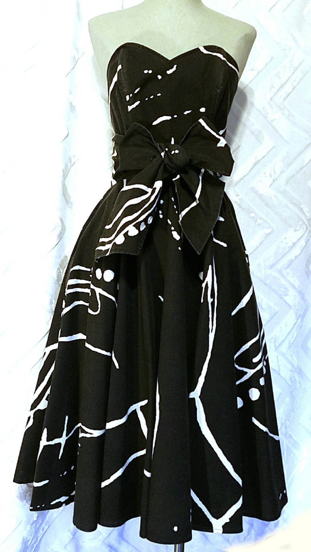 NEO80 PARTY Circle Wrap Dress in Black & White Cotton Vintage Print - Neo80Now