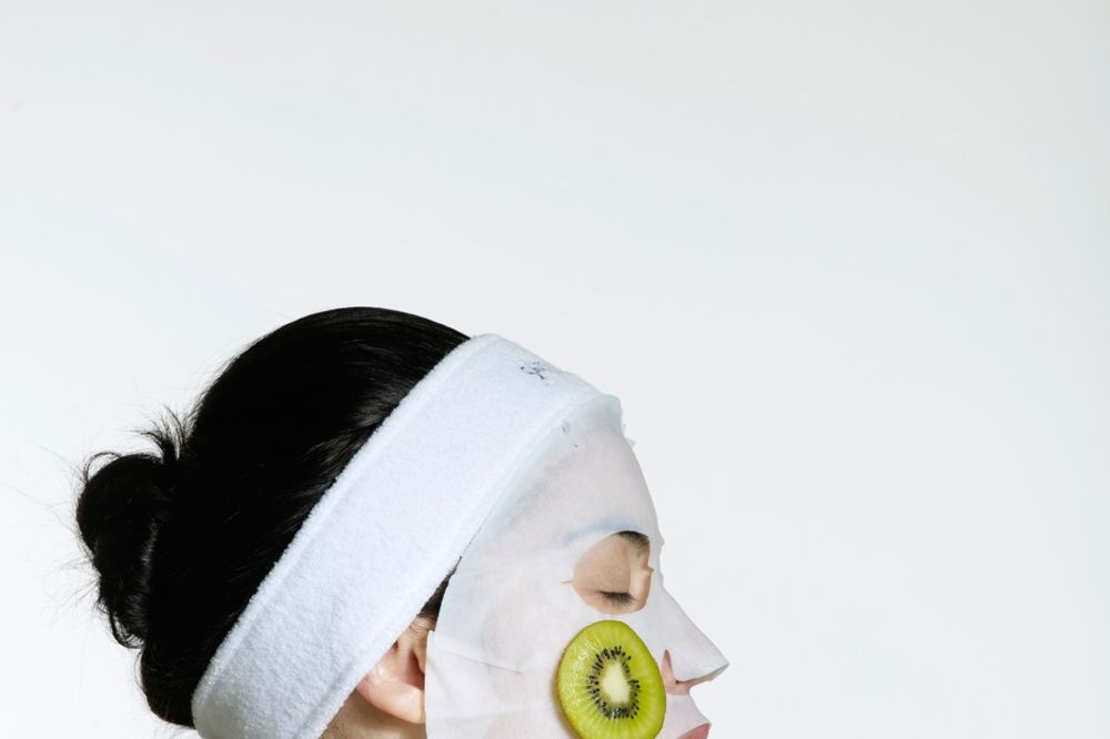 Get rid of the acne with the help of a kiwi