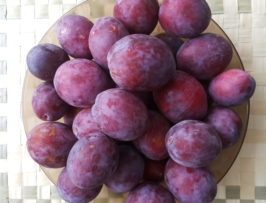 Two homemade plum masks to prepare the skin for fall