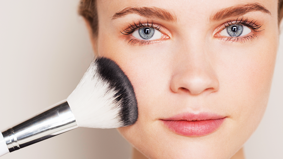 Anti-age make-up techniques to mask wrinkles and achieve youthful-looking skin