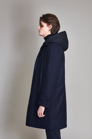 Coat in 100% extra-fine merino wool lined in nylon.