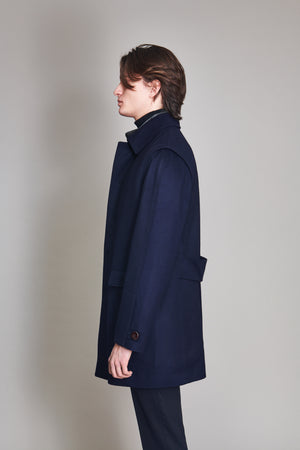 Short coat in 100% extra fine Merino wool with martingale.