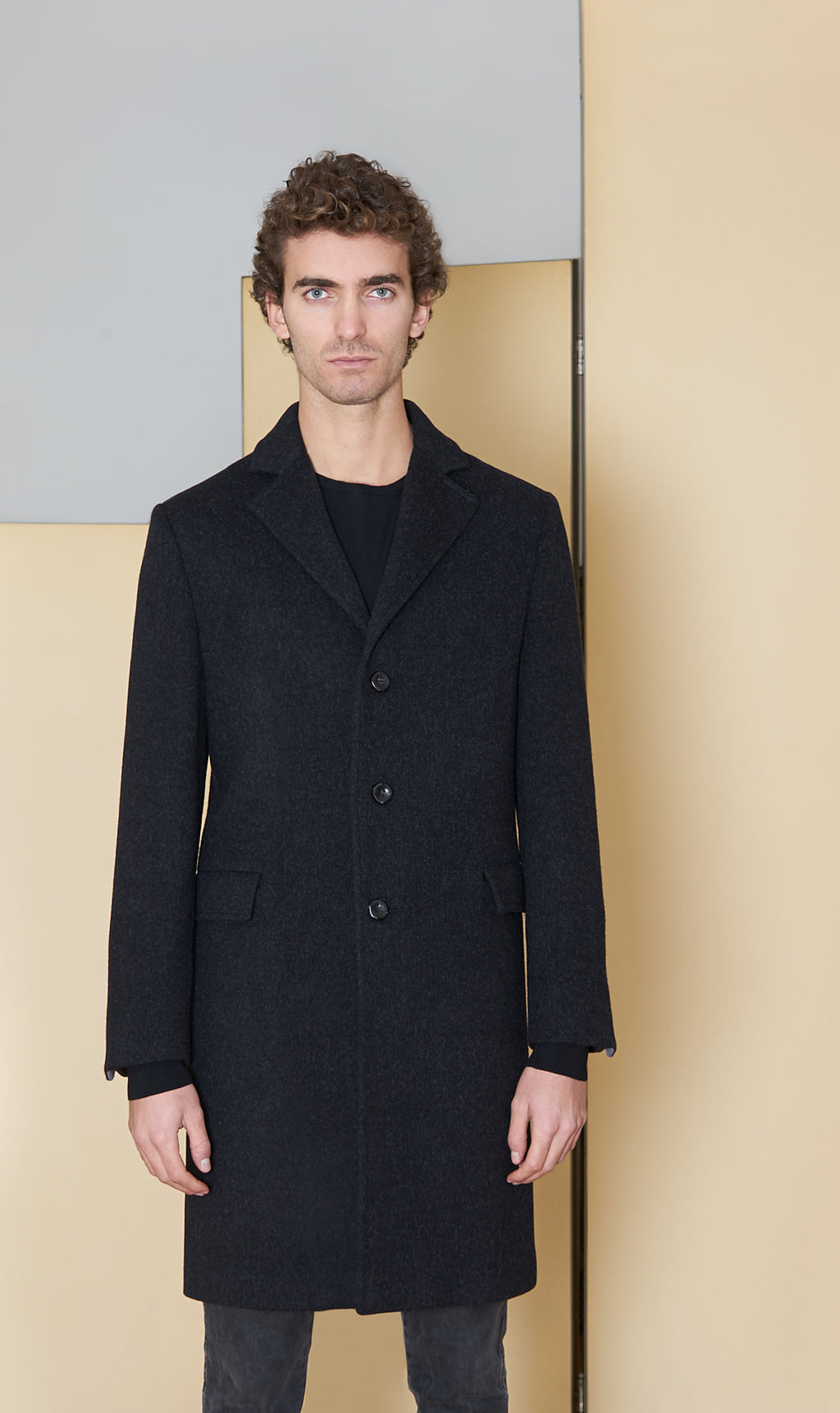 Coat in 100% extra-fine merino wool.