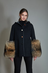 Short Duffle Coat in 100% extra-fine merino wool with lambskin details. Fur muffs.