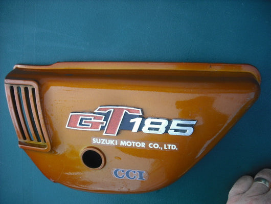 Suzuki GT185 sidecover left with badge 3969