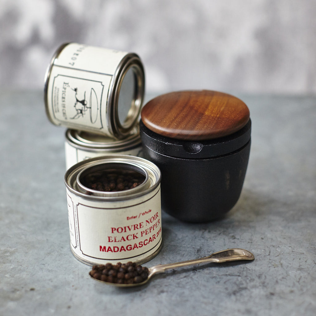Skeppshult Spice Grinder + 3 Épices de Cru Peppercorns - Vinegar Shed