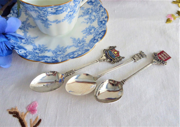 Set Souvenir Spoons 3 England Cornwall France 2 Enamel Crest Finials 1950s Silverplate