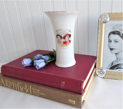 Vase Queen Elizabeth II Golden Jubilee Color Photos 1952-2002 For 50 Years