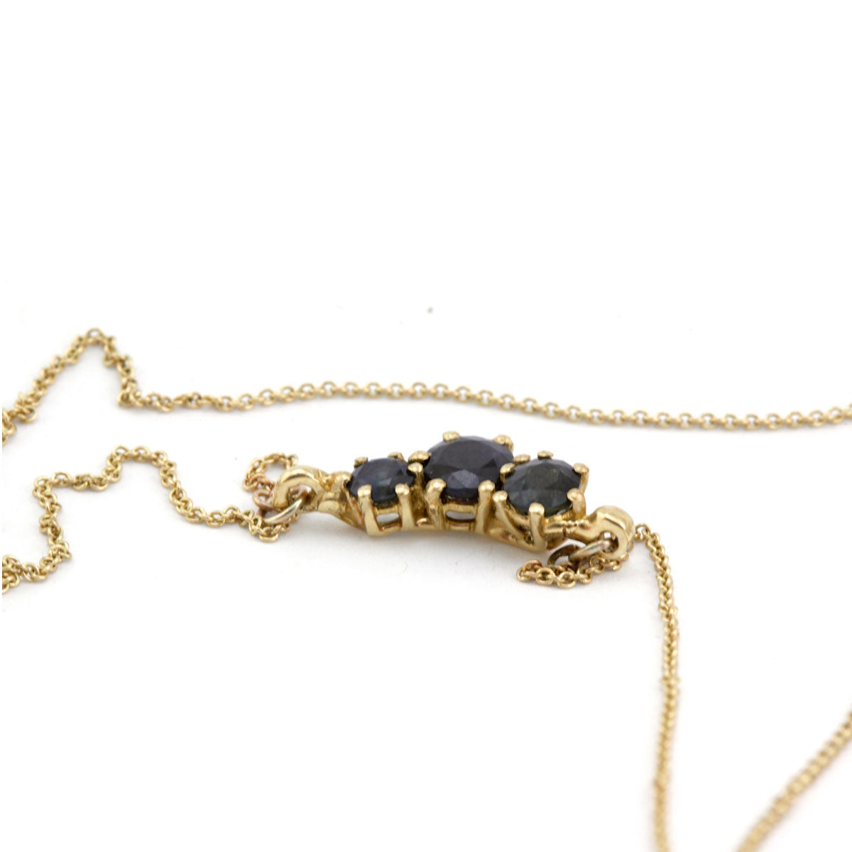 Sapphire necklace in yellow gold