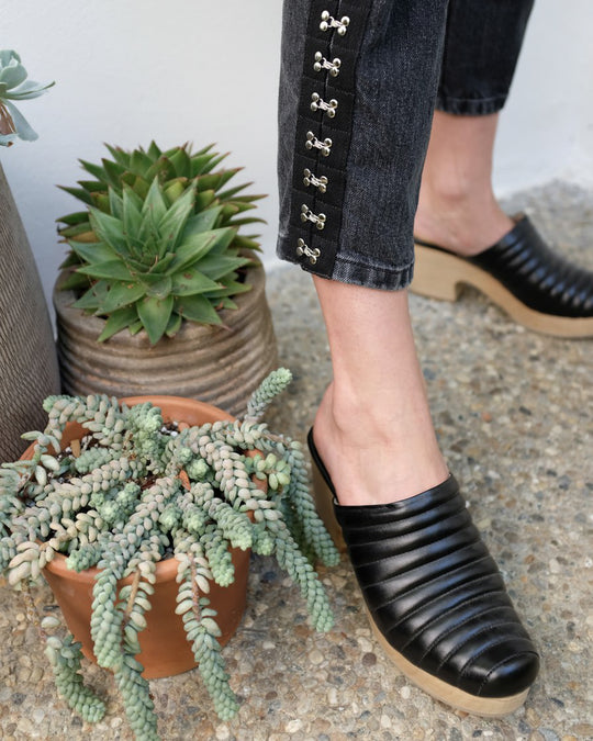 Ribbed Clog in Black