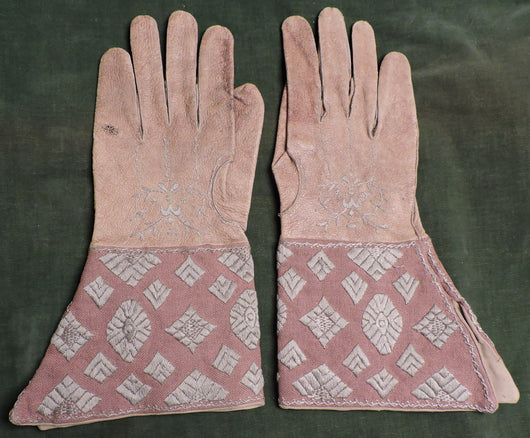 18TH C MEN'S LEATHER GLOVES WITH HAND EMBROIDERED TOP AND GAUNTLET SLIT CUFF 1
