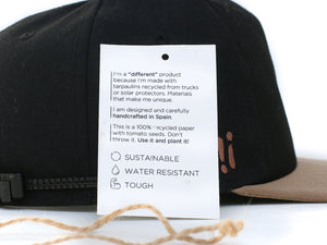 Gorra plana reciclada. Upcycled snapback cap. Sheedo papper card