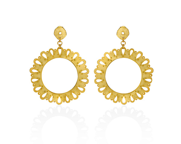 Gold plated earrings, round, with stud closure.