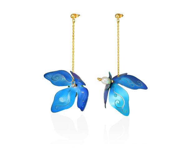 Lily Flower earrings made of blue titanium, 14ct gold and fresh water pearl, with handcrafted details.