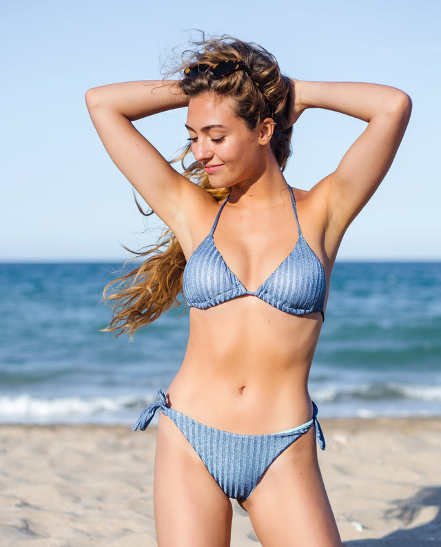 Bikini de triángulo azul con brillo y forro celeste con joya | THE-ARE