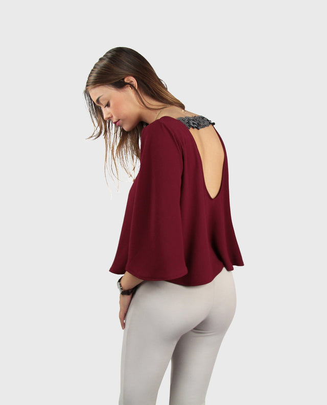 JOY TOP | Blusa granate con vuelo, manga corta y espalda descubierta con lentejuelas plata | THE-ARE