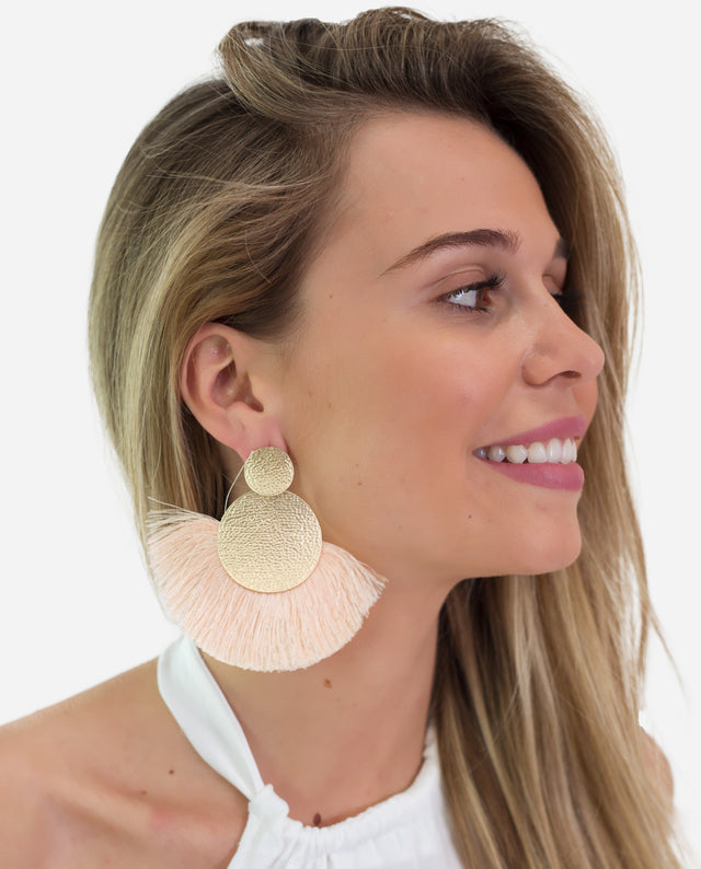 Pendientes flecos grandes nude con broche dorado | THE-ARE