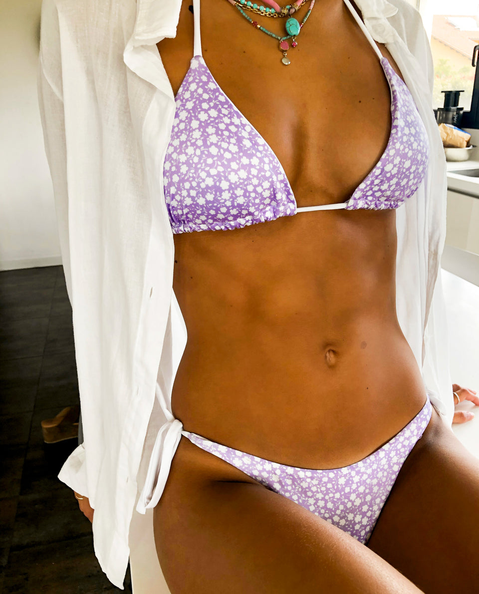 BIKINI BLANES | Bikini estampado flores lila y blanco top triángulo | Bikinis THE-ARE