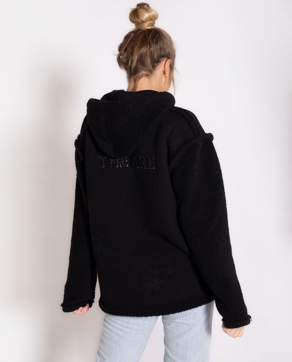 SUDADERA BIG HUGS | Sudadera de forro polar negra con detalles plata | Sudaderas THE-ARE
