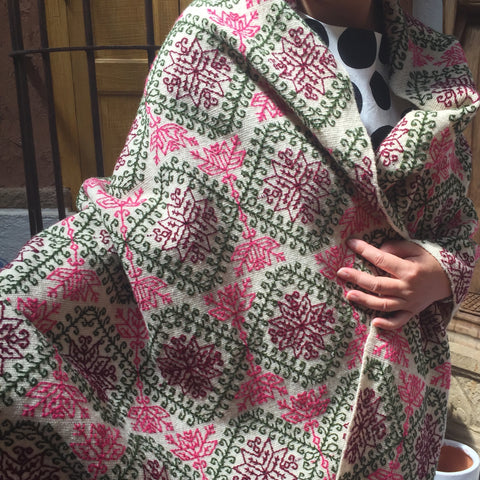 Embroidered rebozo / Wool / Flores