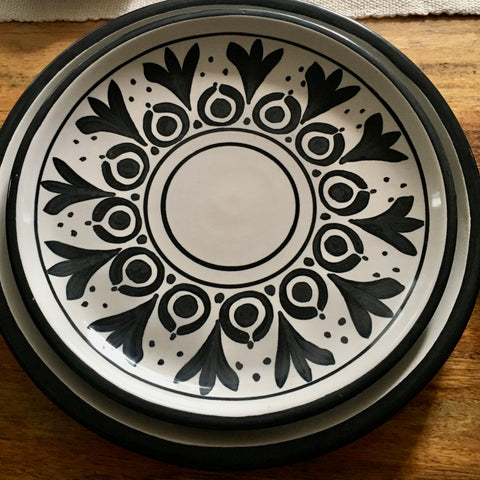 Plates / Rustic Black & White / Flores Negras with Solid Trim