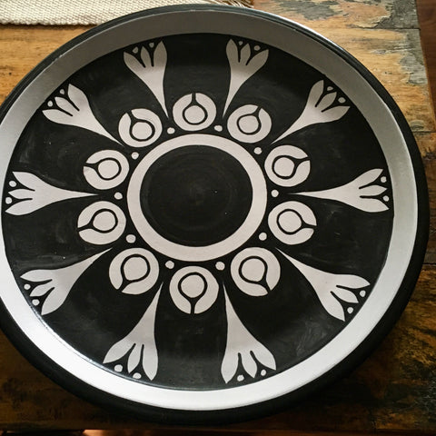 Plates / Rustic Black & White / Flores Blancas with Solid Trim