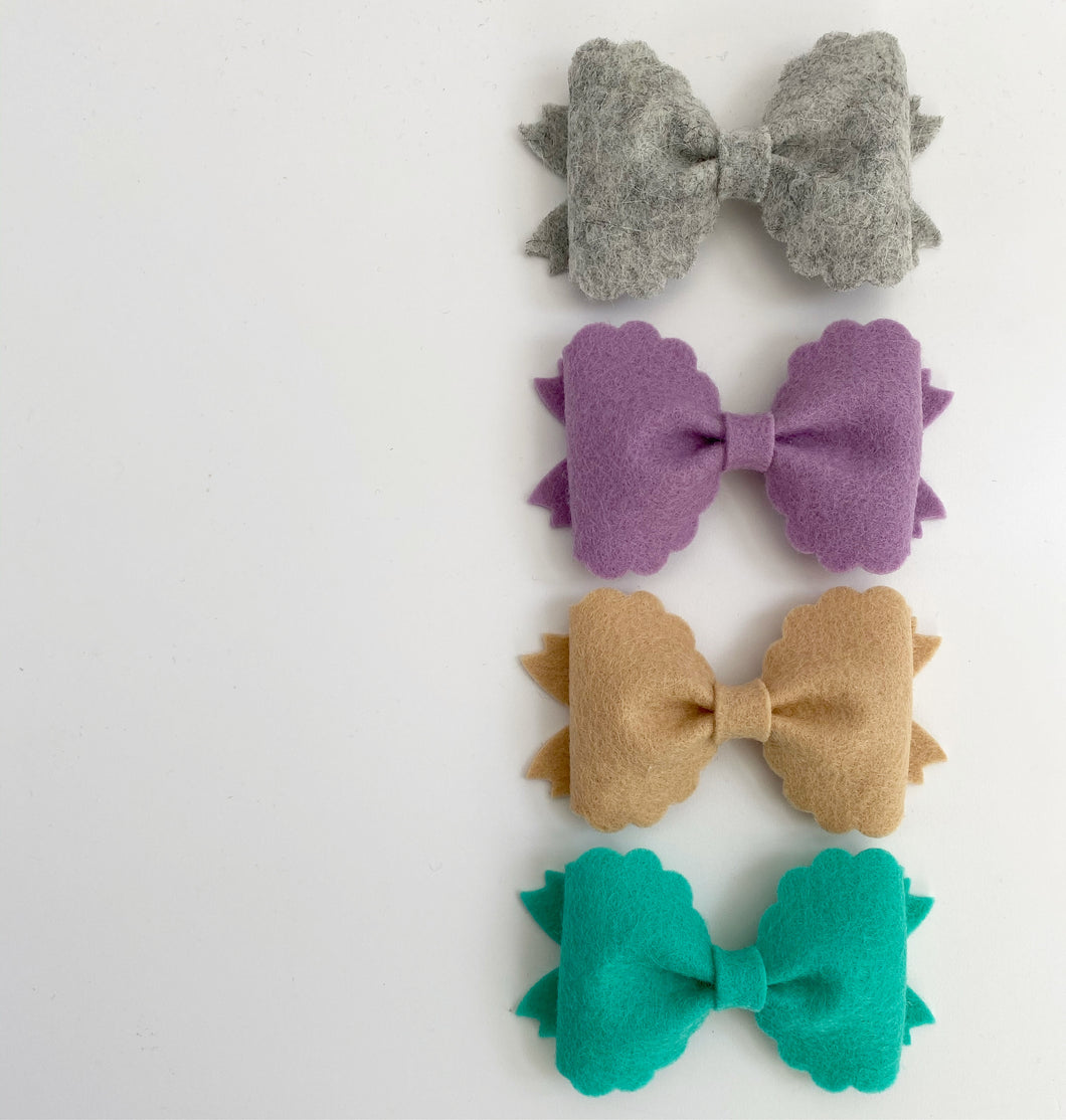 Medium Scallop Felt Pinch Bow