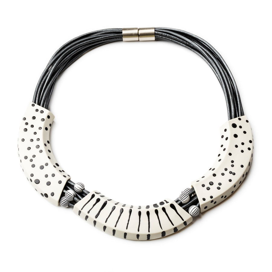 MAKENA NECKLACE / WHITE AND BLACK