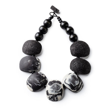 Maya necklace / Black and white