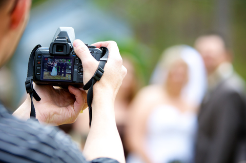 save money on wedding photographers