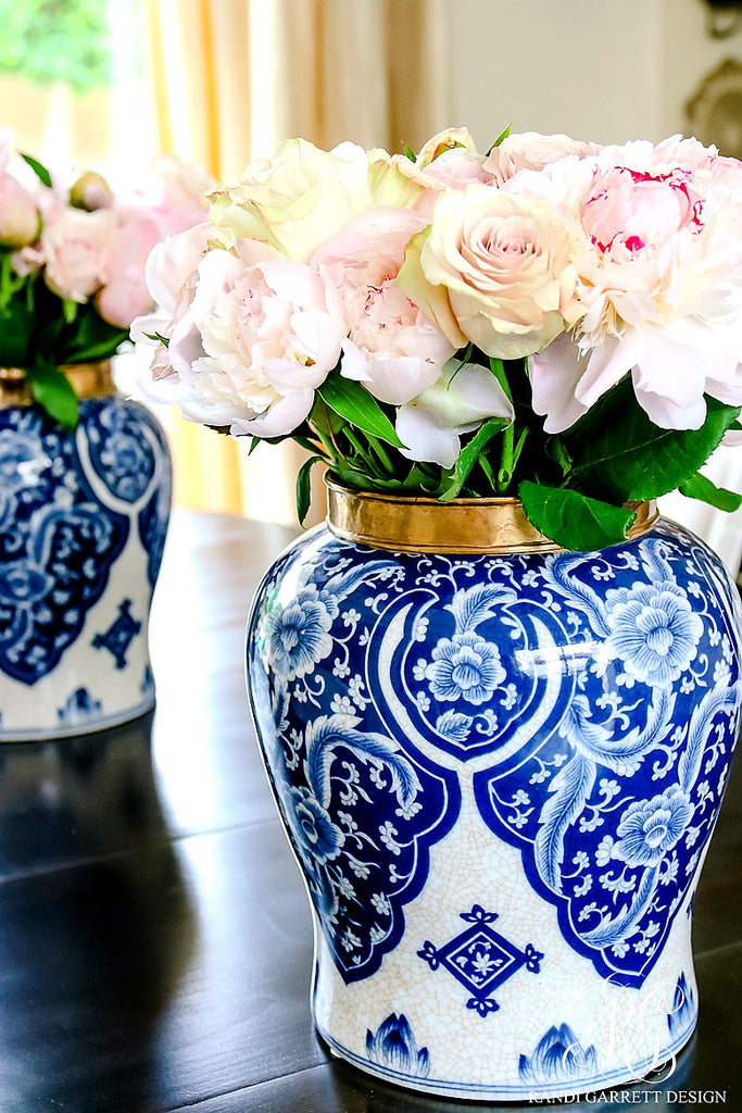 Summer-styling-blue-and-white-ginger-jars-with-pink-peonies