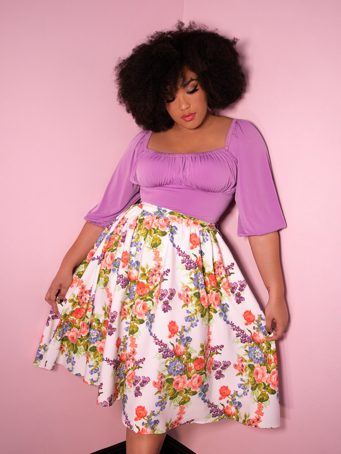 Ashleeta shows off the design of this retro vacation swing skirt in white vintage floral print.