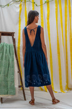 Laden Sie das Bild in den Galerie-Viewer, Dropwaist Dress - Indigo with Balloon Print