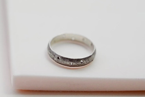 The textured ring with holes