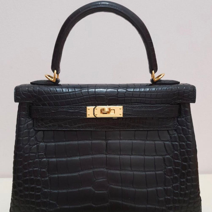 Hermès Kelly 25 Noir (Black) Alligator Mississippi Matte Gold Hardware GHW C Stamp 2018 <!28428191> - The French Hunter