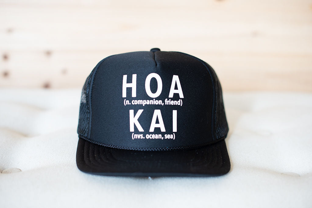 HOA KAI Defined Trucker Hat: BLACK
