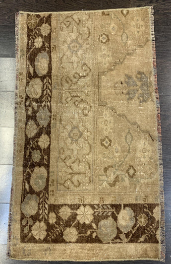 "1'5"" x 2'8"" Antique Rug ""Bit"""