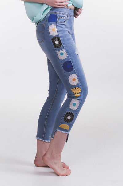 Daisy Embroidered Pull On Capri S-2X-Capri-9Lilas