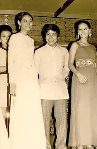 Aureo Alonzo stands in a Barong Tagalog between two of his models circa 1980s
