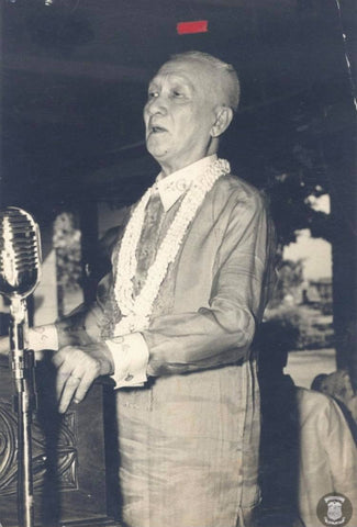 Sergio Osmeña addresses an audience in a Barong Tagalog in 1960