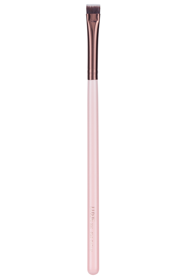 Handcrafted with synthetic bristles, this vegan makeup brush is cruelty-free. Meanwhile, the tight density of the brush creates a precise makeup application. Extremely soft on the skin, this brush is the answer to extreme definition and control.  Precision, professional quality results without harming animals or the environment.