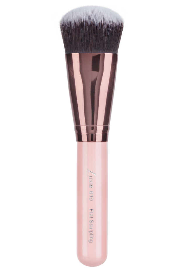 Achieve a strong contour with this Luxie Rose Gold Flat Sculpting Face brush that was designed with vegan synthetic fibres. This flat and versatile brush allows for a percise and defined application of contour to the face. The short and firm bristles are great for applying cream and powder contour, plus it can also help apply cream and powder blushes to the apples of your cheeks. Vegan and cruelty-free. Precision, professional quality results without harming animals or the environment.