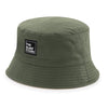 GORRO BUCKET THE SURF TOWN   Bucket The Surf Town Militar Green Sand  Gorro verde militar reversible estilo bucket de la marca THE SURF TOWN con etiqueta bordada cuadrada en blanco y negro en el frontal. Tejido de algodón 100% el otro color es beige.  Gorro Billabong Unisex de tela REVERSIBLE Color : Verde Militar // Beige Sand Etiqueta bordada THE SURF TOWN en la parte delantera Composición: 100% Algodón