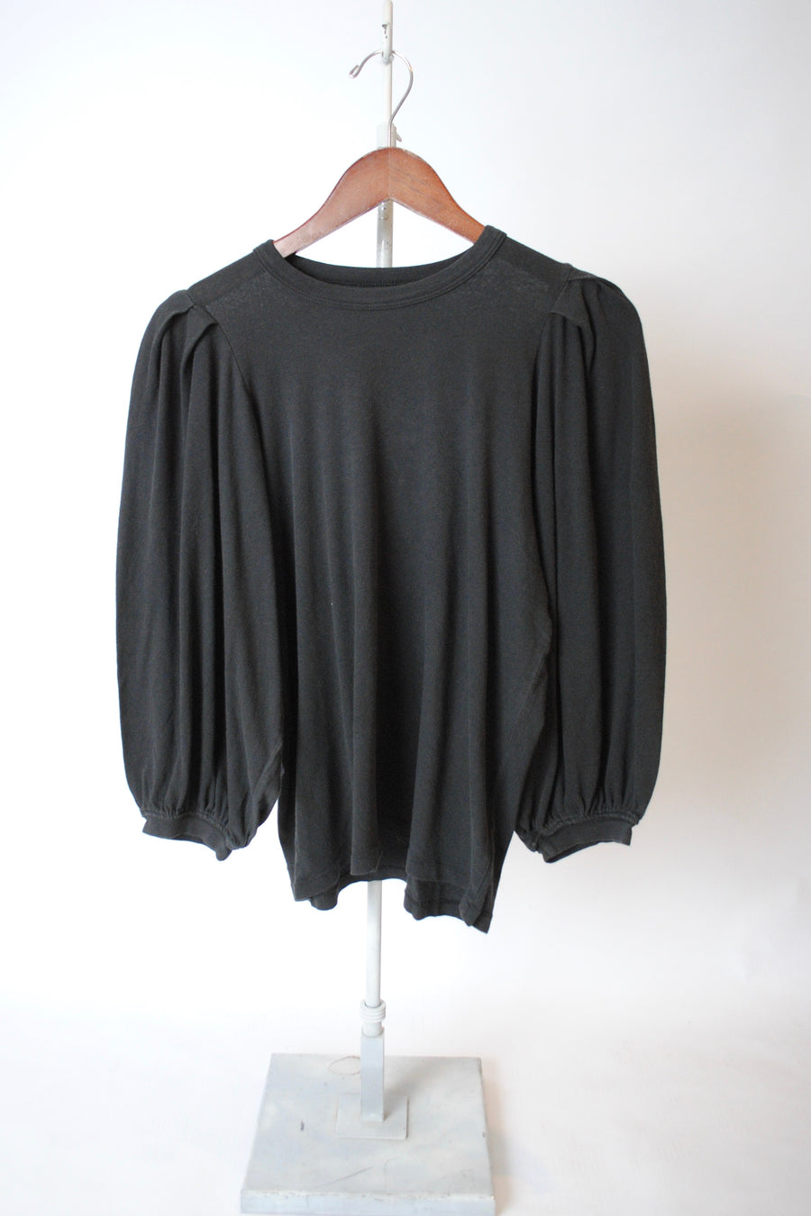 The Pleat Sleeve Tee - ALMOST BLACK