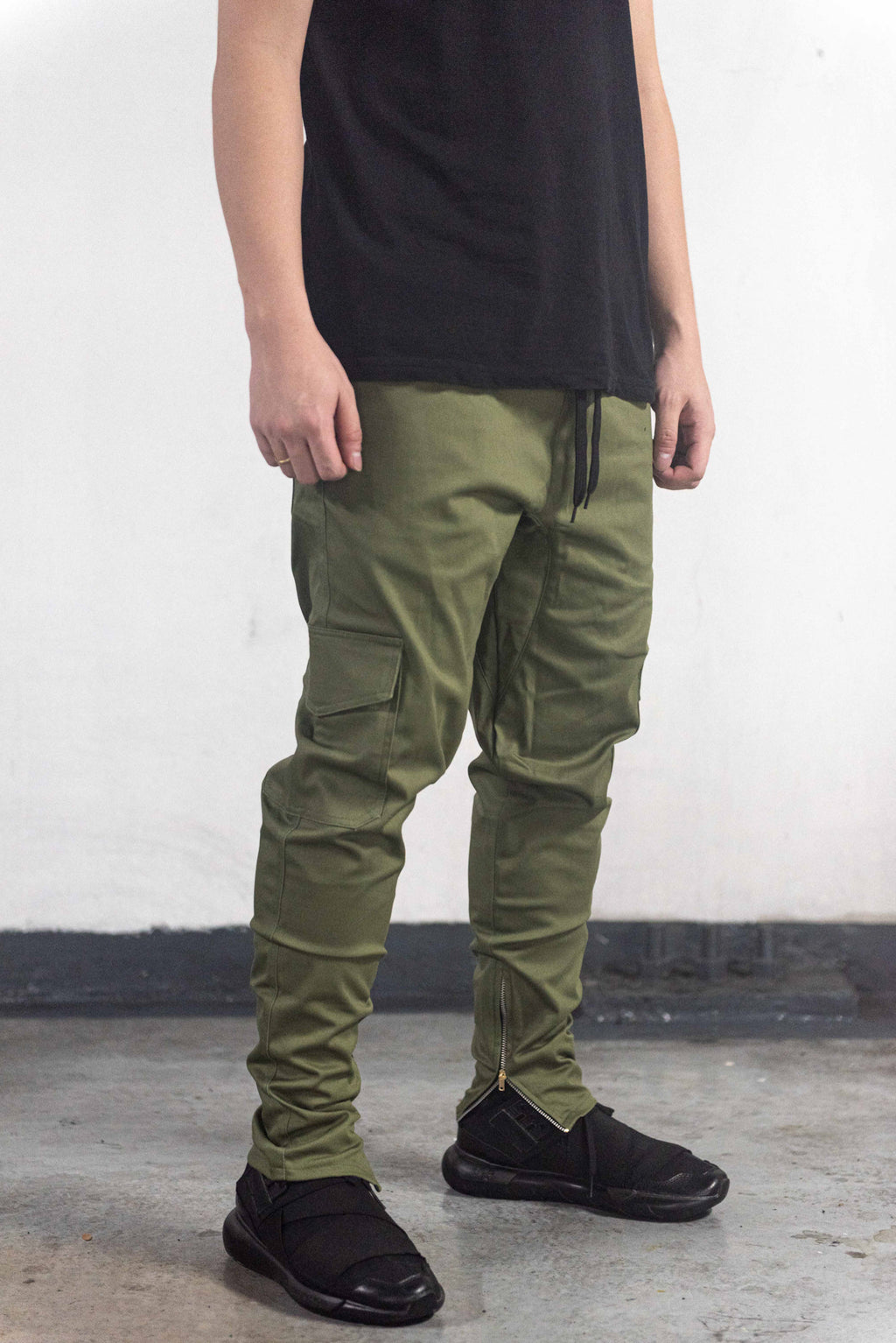 CARGO PANTS WITH ZIP - OLIVE GREEN