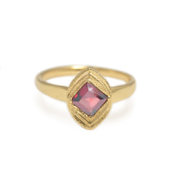 ASSCHER CUT RHODOLITE GARNET IN A 14KT YELLOW GOLD RING WITH MILGRAIN EDGE