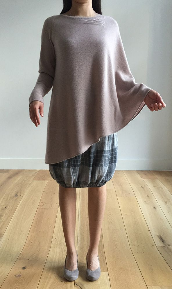 One sleeve Cashmere poncho in Nude