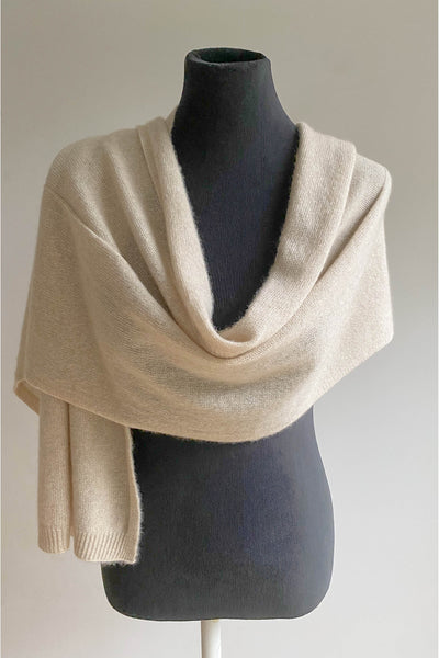 Knitted unisex cashmere scarf in beige | SEMON Cashmere
